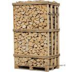 Brænde af avnbøg stablet tæt i brændetårn. Avnbøg er den hårdeste træsort til brænde og giver gode gløder. Brændet er klar til brug