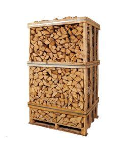 Ovntørret brænde af birk stablet tæt i brændetårn