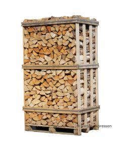 Brænde af hardwood mix stablet tæt i brændetårn. Hardwood mix er forholdsvis hårde træsorter som er velegnet til langtidsfyring