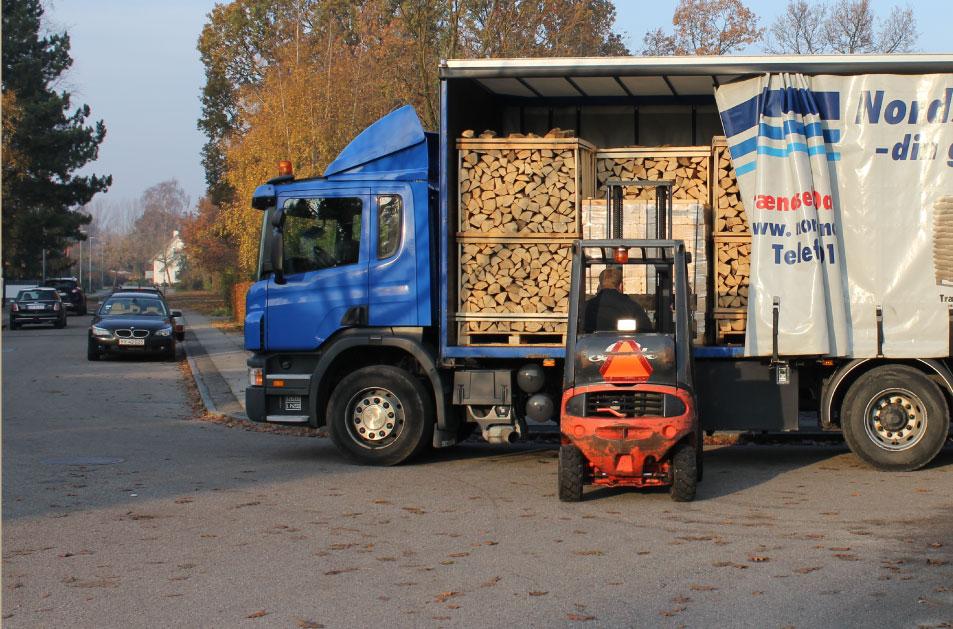 Levering af braende, traepiller og traebriketter til døren med gaffeltruck. Vores lastvogne medbringer gaffeltruck så varerne f.eks kan sættes i din carport