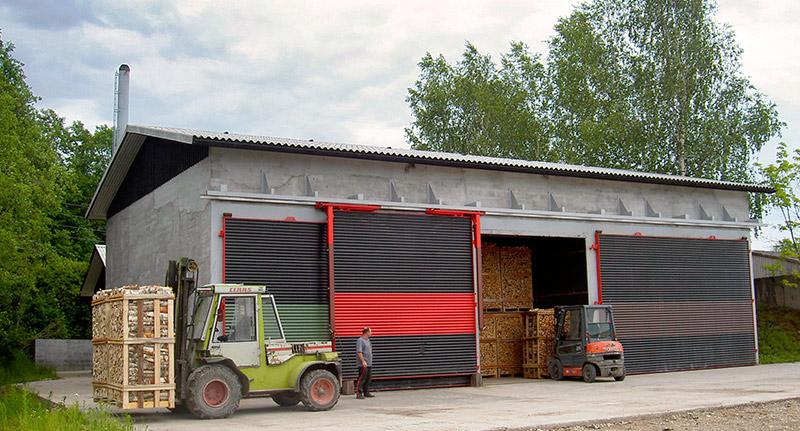 Et af vores moderne tørreanlæg til ovntørring af pejsebrænde
